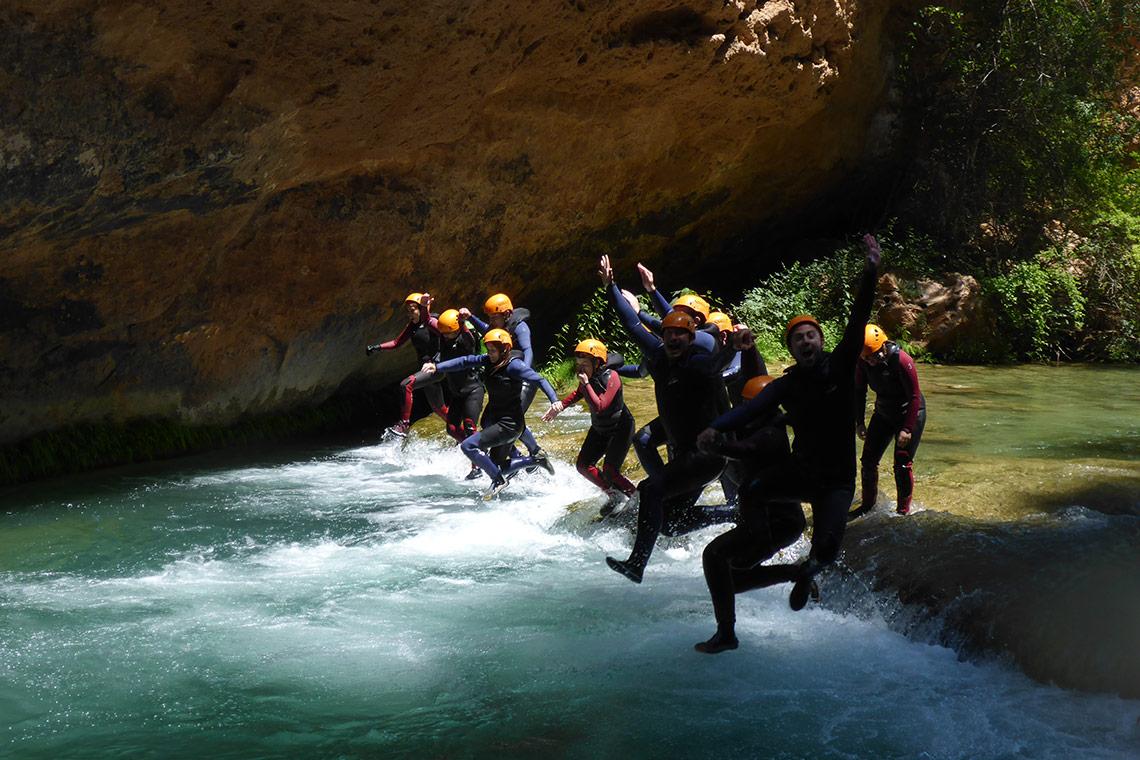 Descubre los mejores viajes de descenso de barrancos con los que conocer a gente