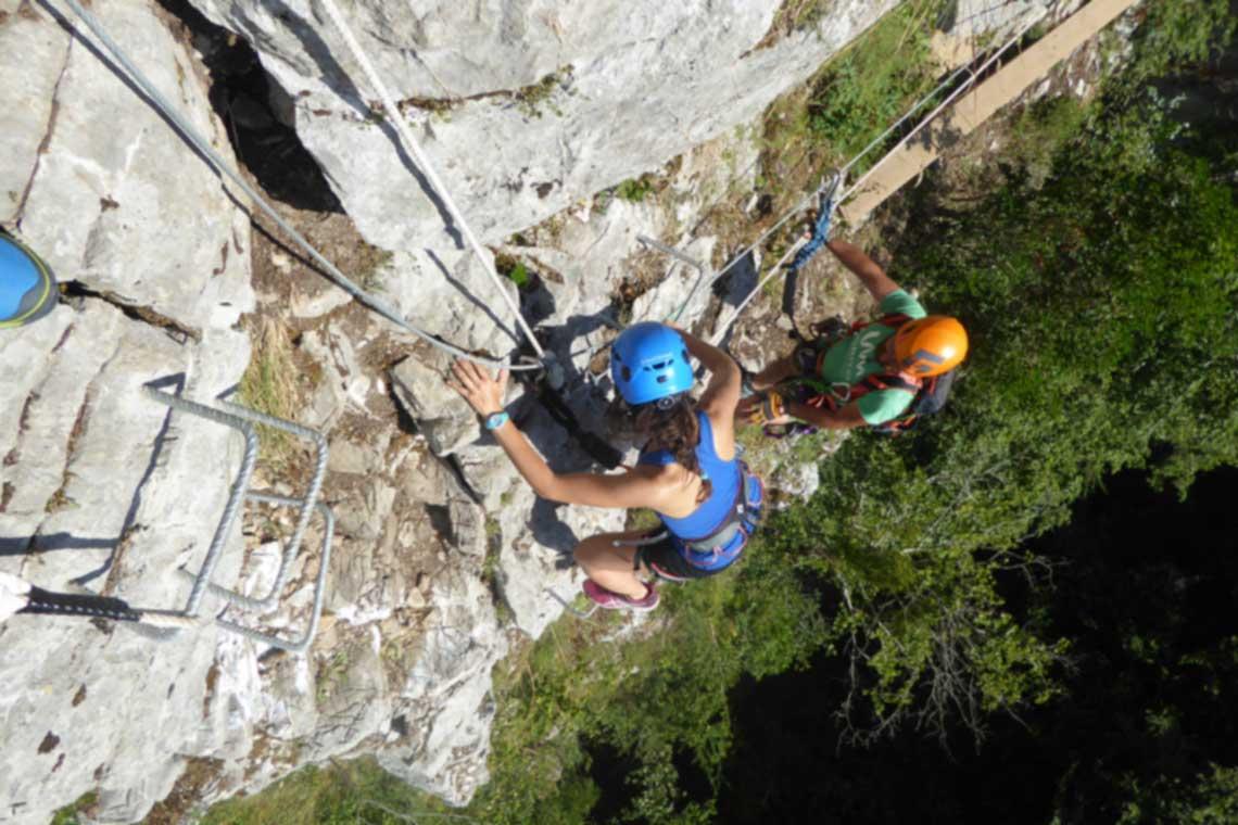 Descubre los mejores viajes de escalada y ferratas con los que conocer a gente