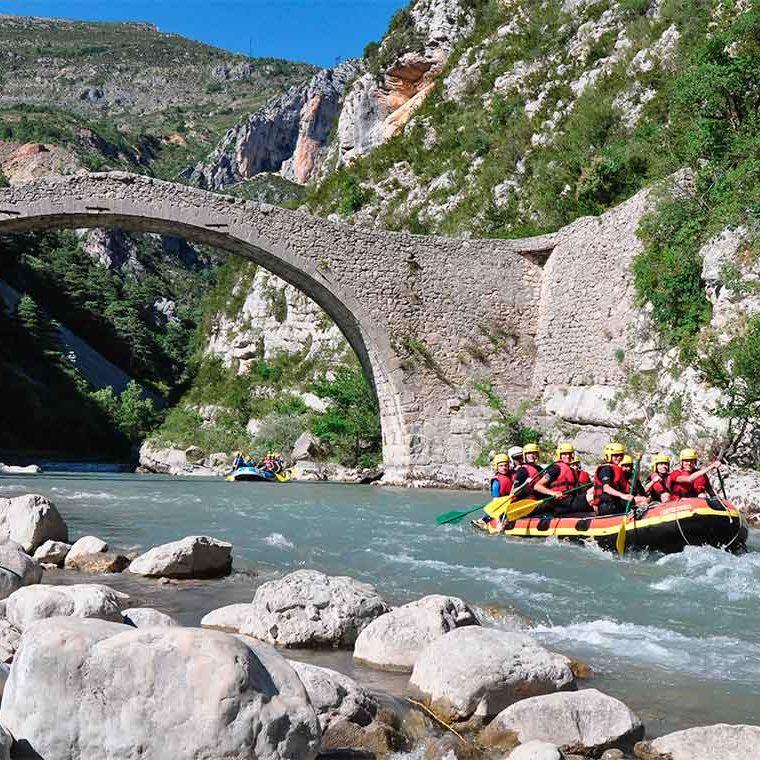 Pásatelo en grande descendiendo el río mientras haces Piragüismo o Rafting