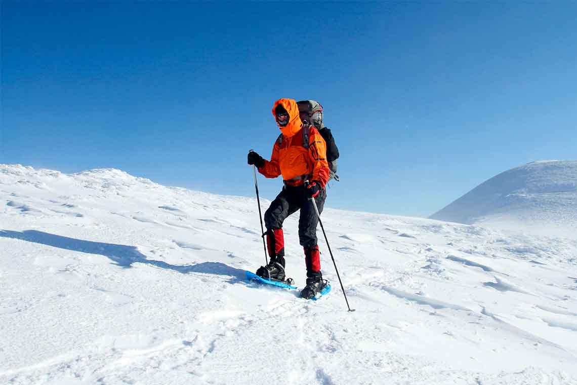Pasa el día en la montaña haciendo una ruta con raquetas de nieve